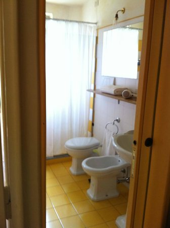 Michelangelo Guesthouse: great bathroom and a separate walk in closet between bathroom and room