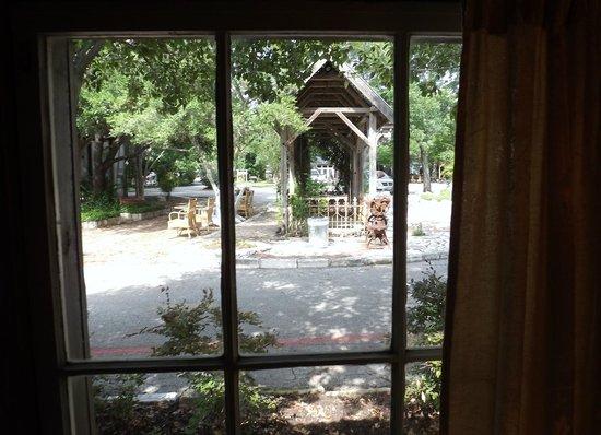 Gruene Mansion Inn Bed & Breakfast: Out through my window