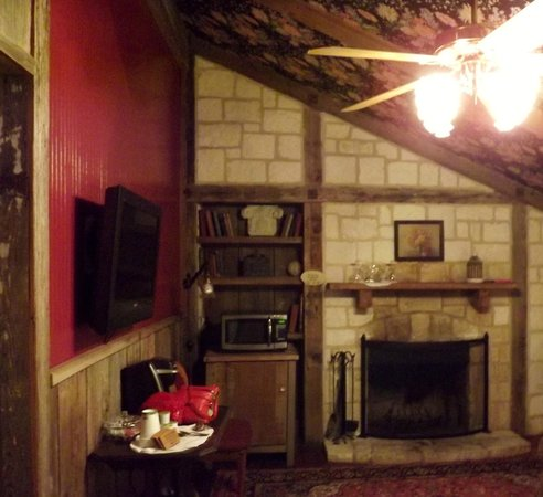 Gruene Mansion Inn Bed & Breakfast : Sorry this is not a good picture of our beautiful room.
