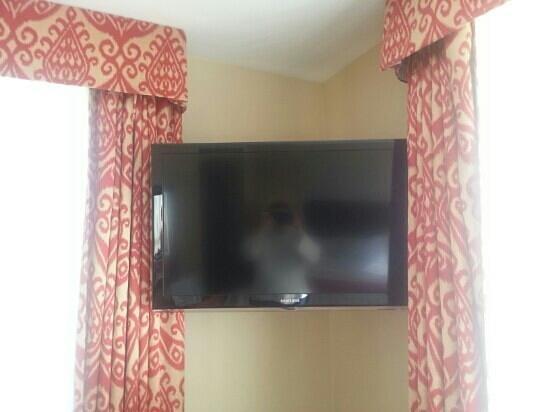 Comfort Inn Downtown: Wall mounted Flat screen TV