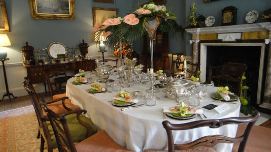 Fairfax House : Loved the flower napkin rings...stunning.
