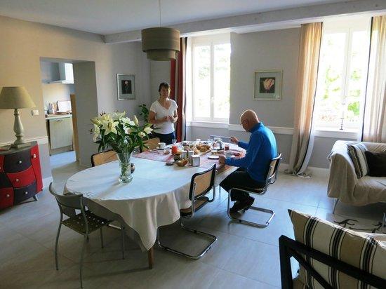 Clos des Secrets : ontbijt, op de achtergrond de gastvrouw