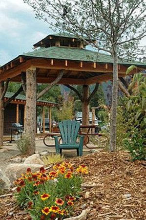 Western Riviera Lakeside Lodging & Events: Courtyard