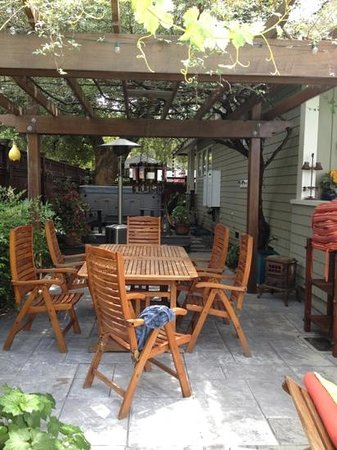 Hidden Oak Inn: outside patio and hot tub