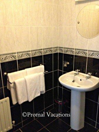 Michaeleen's Manor: Great size bathroom