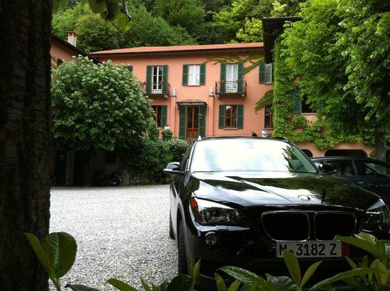 Hotel Terzo Crotto: the hotel from the street, parking in front of the hotel plentiful