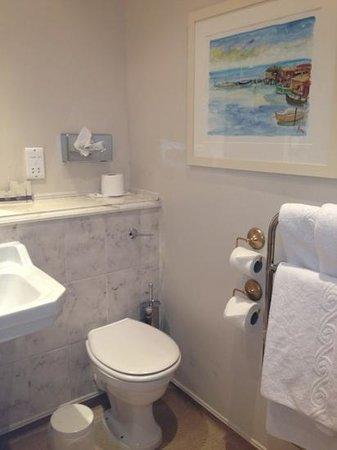 Norfolk Royale Hotel: clean bathroom