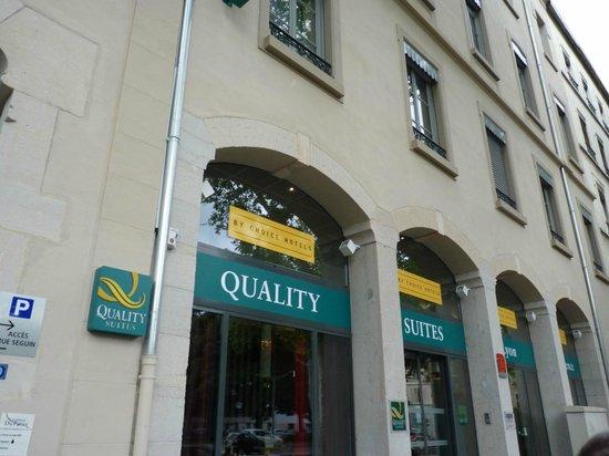 Quality Suites Lyon Confluence : La entrada l hotel