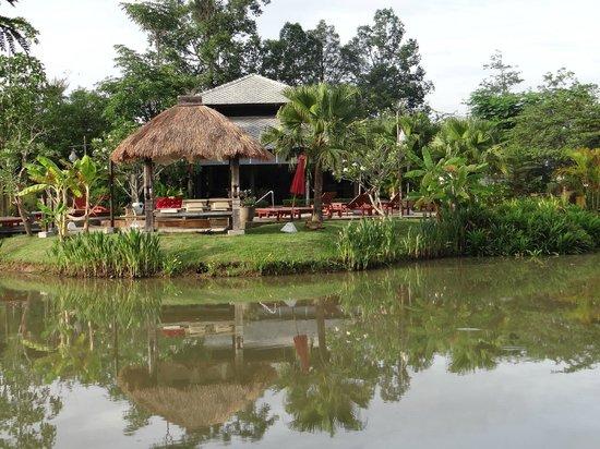 Baan Chai Thung: Blidck zum Pool und Hauptgebäude