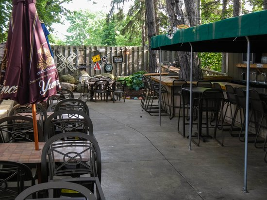 Winking Lizard Tavern: Some of the Outdoor Seating