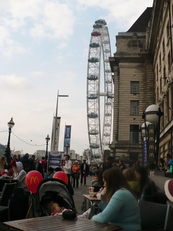 Premier Inn London County Hall Hotel: Mcdonalds/London Eye In Back