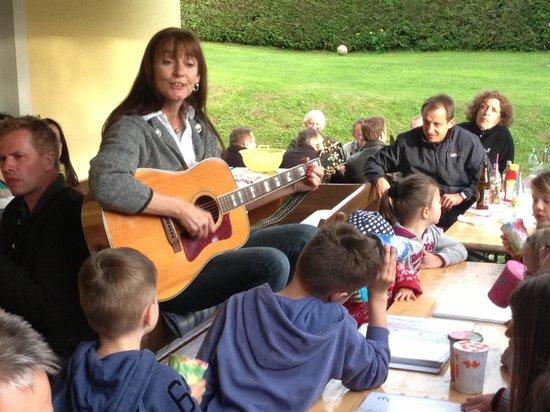 Ferien am Talhof: Andrea spielt und singt