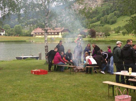 Ferien am Talhof: Würstl Grillen am See