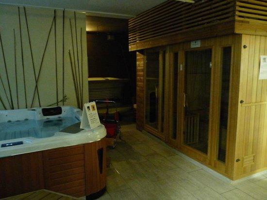 Lion's Garden Hotel: Wellnessbereich im Keller mit Whirlpool und kleinerSaunakabine