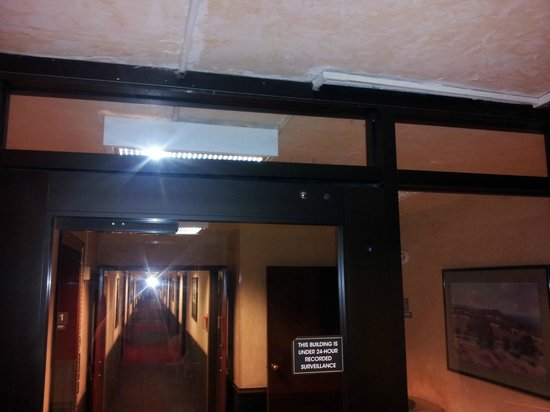 Western Village Inn & Casino : broken door