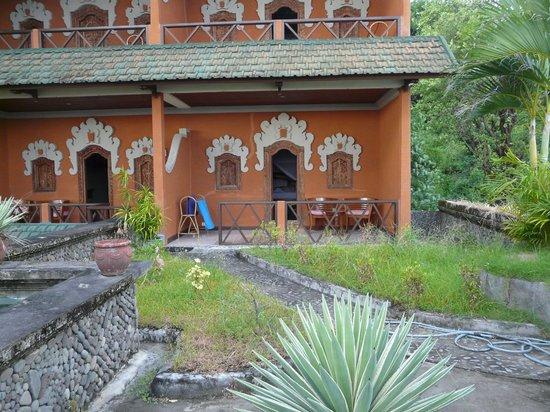 Puri Wirata Dive Resort and Spa Amed: Chambre du RDC donnant sur une terrasse non entretenue  moyennemant