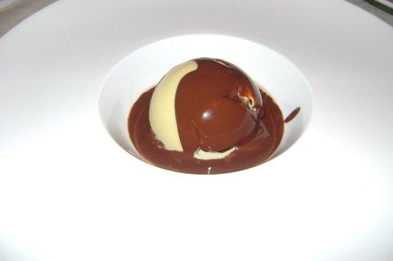 Au Gite de la Maison Hote : La sphère aux deux chocolats