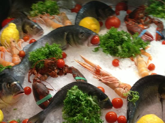 Hotel Modigliani: fresh seafood at restaurant nearby