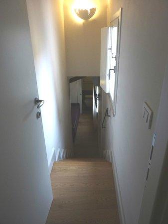 Trevi Palace Luxury Apartments: Escaleras para bajar al área adicional de estar con TV y Baño