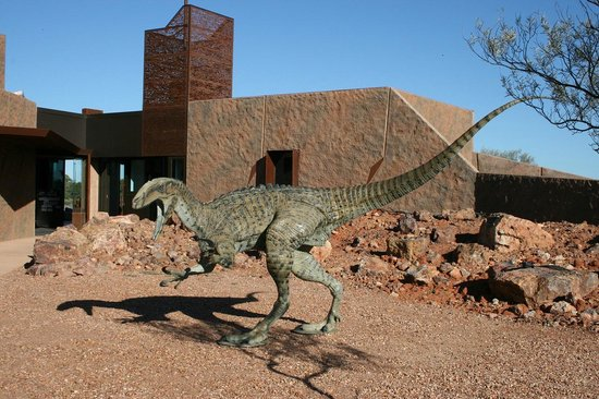 "Winton, Australien: Bronze sculpture of therapod ""Banjo"" welcomes visitors to the Reception Centre"