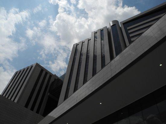 Hesperia WTC Valencia: Vista de la Edificación desde la piscina
