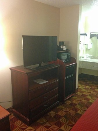 Days Inn & Suites Tuscaloosa: tv/micro/fridge