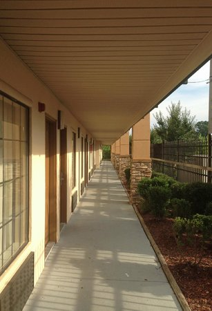 Days Inn & Suites Tuscaloosa: walkway