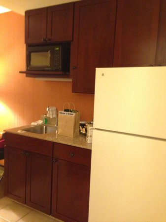 DoubleTree by Hilton Hotel Burlington: Kitchen