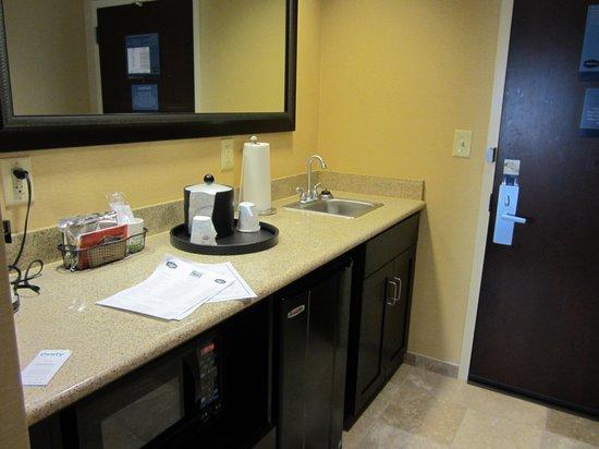 Hampton Inn & Suites Vineland : kitchenette