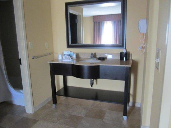 Hampton Inn & Suites Vineland : bathroom, sink separate from shower/toilet area