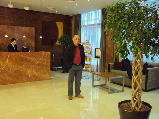 K+K Hotel Fenix: Meu marido, Joeci Reyes, na entrada do Hotel
