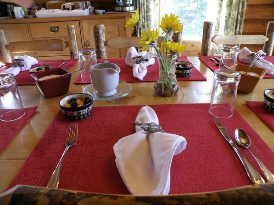 Howlers Inn Bed & Breakfast and Wolf Sanctuary: The Breakfast table was was always Delightful