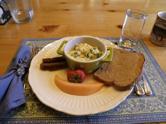 Howlers Inn Bed & Breakfast and Wolf Sanctuary: Delicious and Pretty