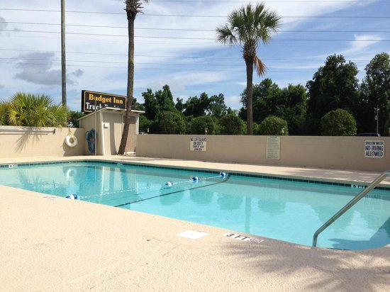 Budget Inn Conway: Pool area