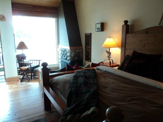Moraine Lake Lodge: the room