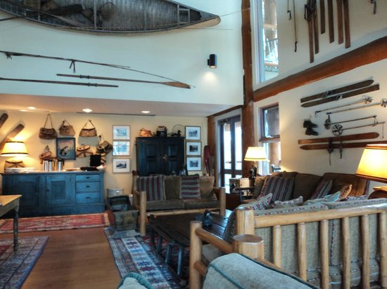 Moraine Lake Lodge: The library