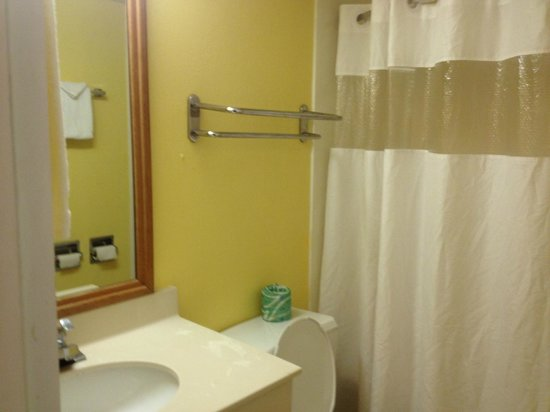 Red Roof Inn KC Sports Complex - Independence: Notice no towels above the toilet
