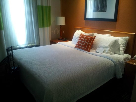 Fairfield Inn & Suites Jacksonville Beach: King bedroom
