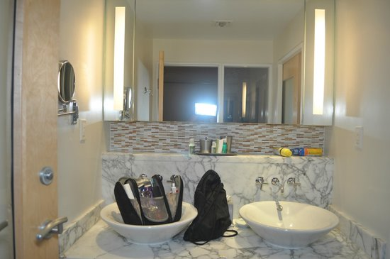 Santa Maria Suites: Bathroom sink with beautiful tile, mirrors and sinks
