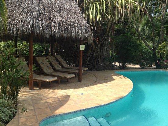 Hotel Cantarana : Comfy pool-side chairs