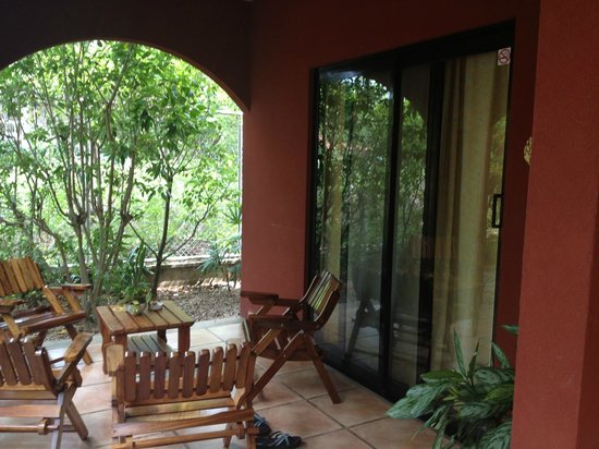 Hotel Cantarana: Lower room patio