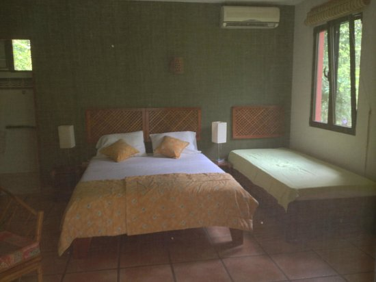 Hotel Cantarana: One of the 2 lower level rooms