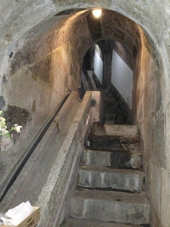 Enoteca Chafariz do Vinho: Stairs going up into the well