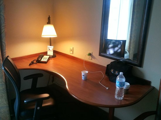Hampton Inn Davenport: Bigger desk than most Hampton Inns have