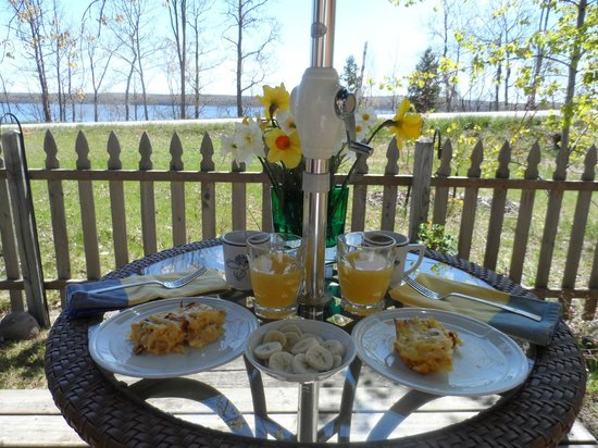 Au Train Lake B&B & Cottage: Breakfast with view of Au Train Lake