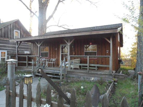 Au Train Lake B&B & Cottage: Front of Cottage