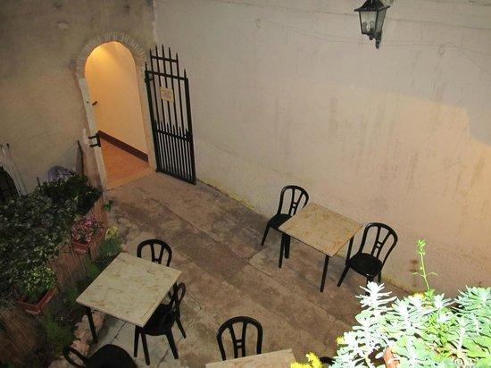 Al Centrale: cortile interno,adiacente l'ingresso del ristorante