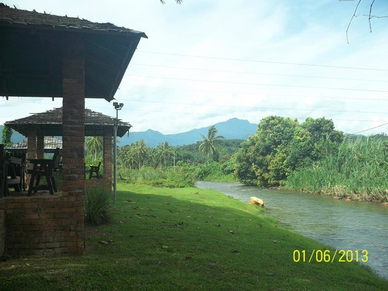 Perak, Μαλαισία: The rest areas are next to the Kinta River. Love the scenery.