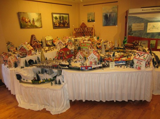 Brasstown Valley Resort & Spa: Gingerbread village in lower level lobby