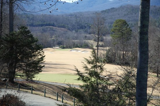 Brasstown Valley Resort & Spa: 18th fairway & green from lodge porch